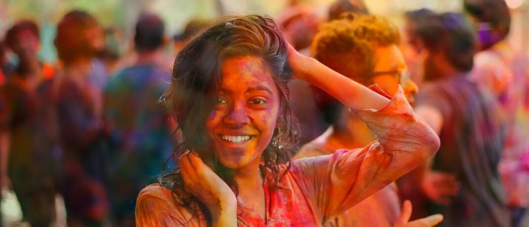 Farbenfroh bemalte Frau in Indien