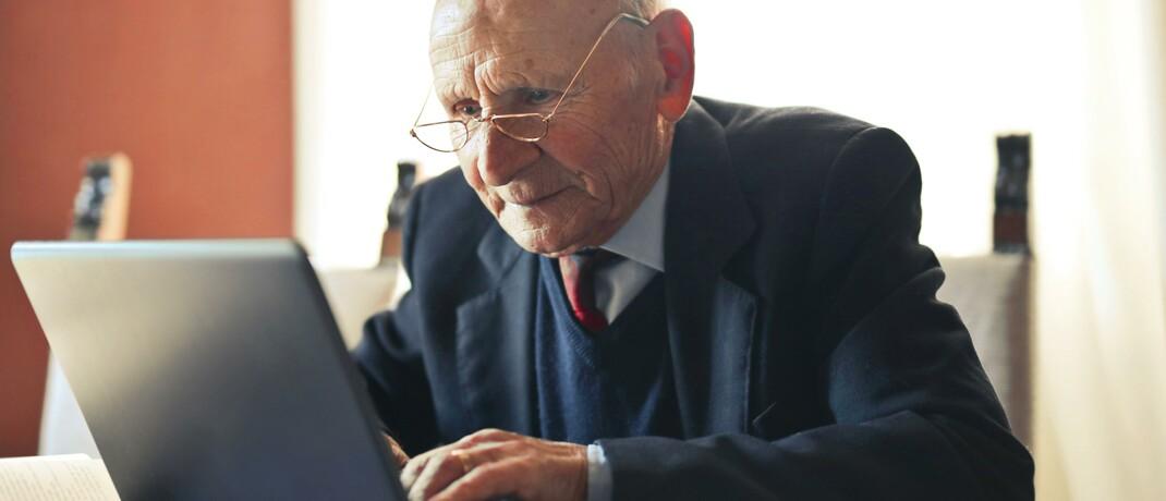Rentner am Laptop