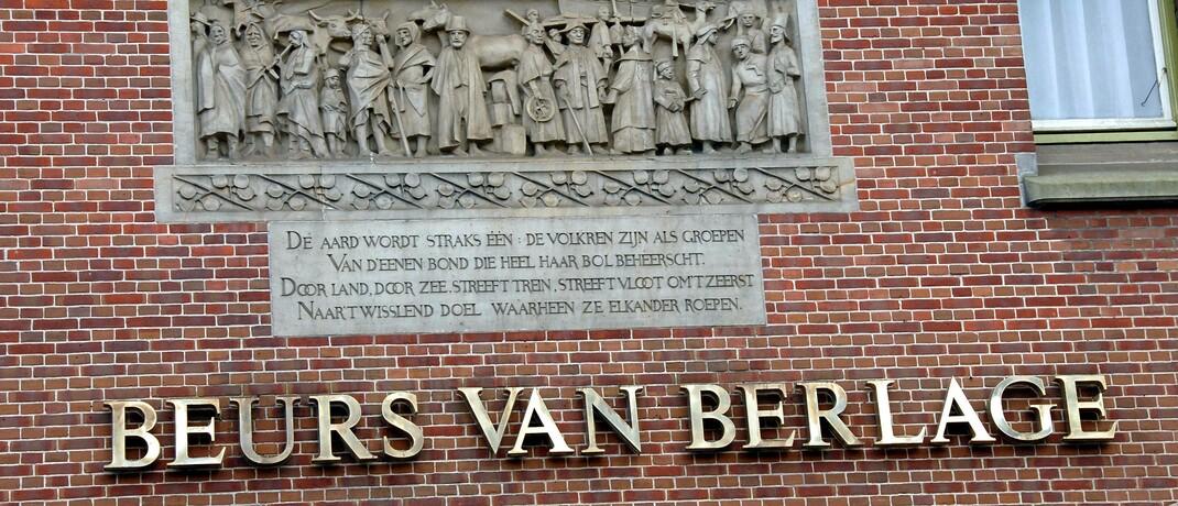 Schriftzug an der Fassade der Börse Amsterdam.