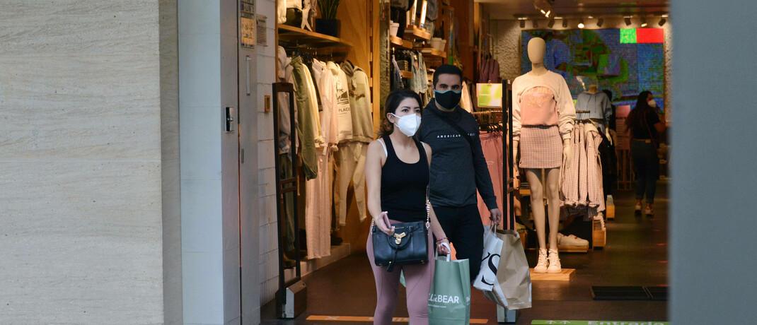 Passanten verlassen Shop im US-amerikanischen Bundesstaates Missouri