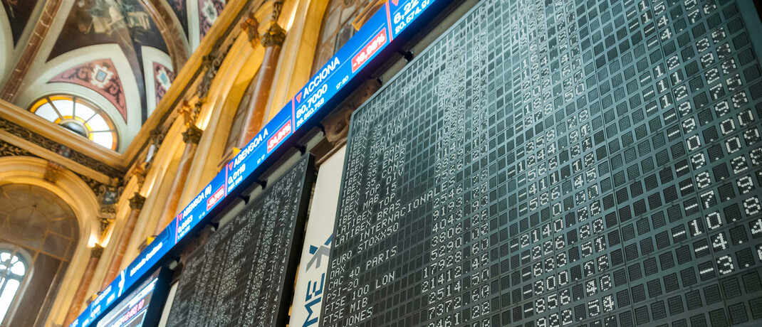 Tafel in der Börse in Madrid zeigt die Entwicklung großer Aktienindizes
