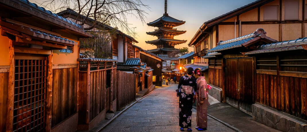 Zwei Frauen im Kimono in einer historische Straße in Kyoto
