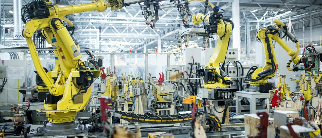 Industrieroboter in einer Autofabrik