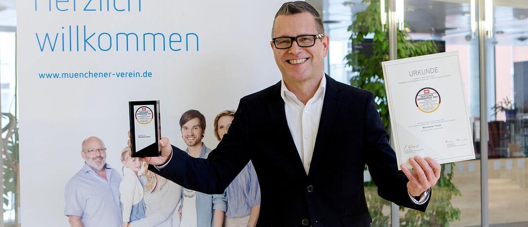Rainer Breitmoser, Leiter Kundenbetreuung bei der Münchener Verein Versicherungsgruppe, mit dem Deutschen Servicepreis 2021