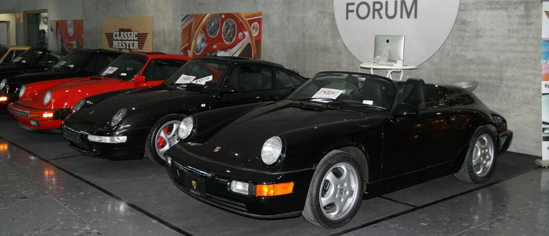 Mehrere Porsche 911 unterschiedlicher Baujahre und Baureihen
