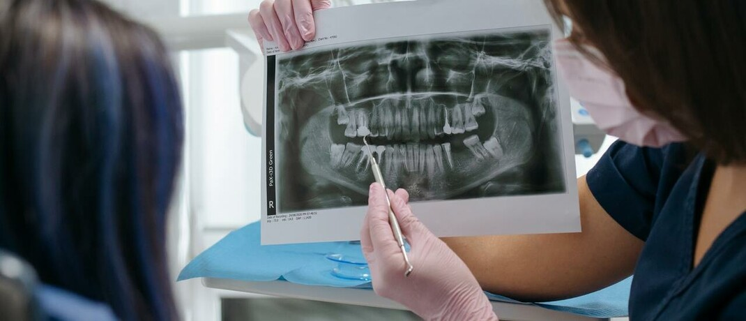 Ärztin mit Röntgenbild