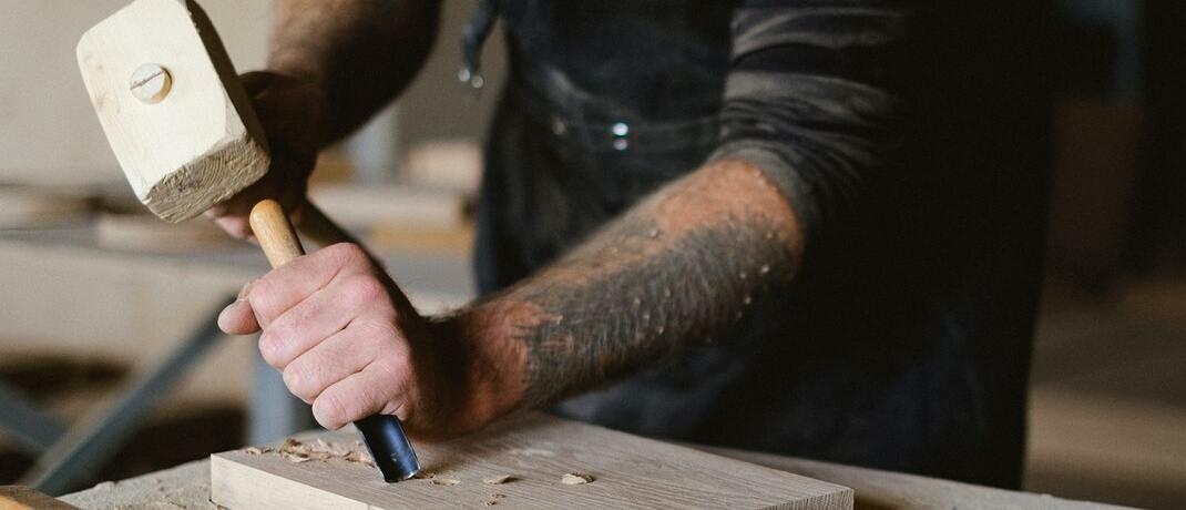 Arbeit mit Holzhammer und Stechbeitel