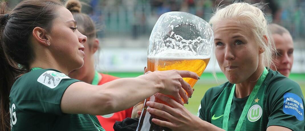 Fußballerinnen stoßen auf ihren Sieg an