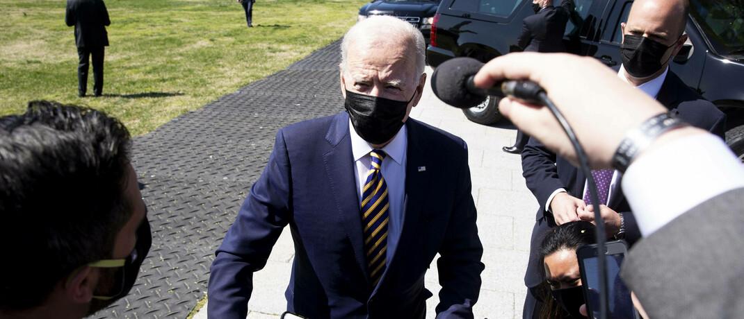 US-Präsident Joe Biden erklärt Journalisten Eckpunkte seines Infrastrukturprogramms