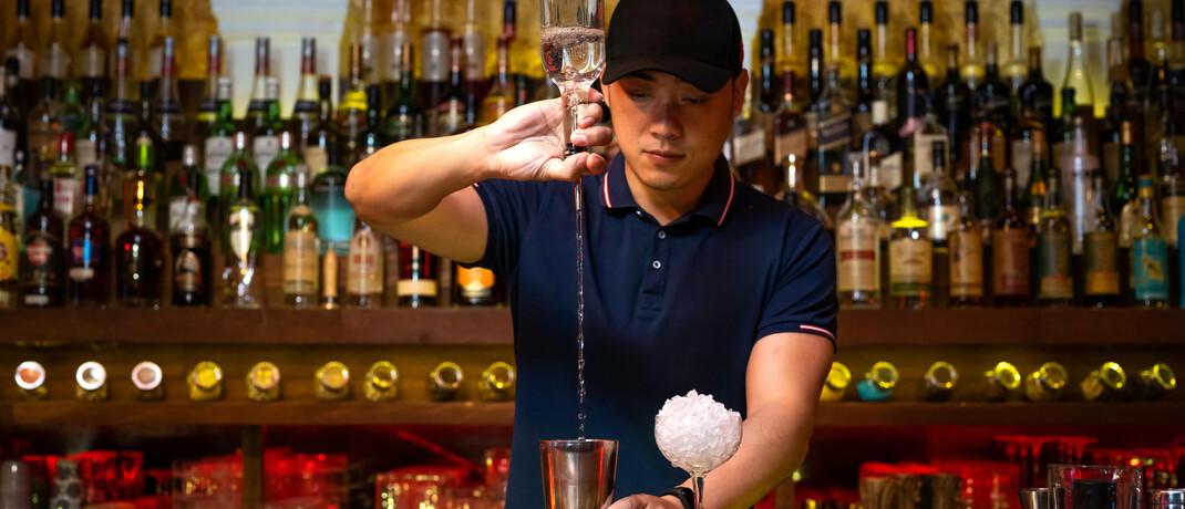 Barkeeper mixt Wodka-Cocktail