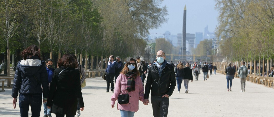 Spaziergänger im Schlosspark Tuilerien in Paris