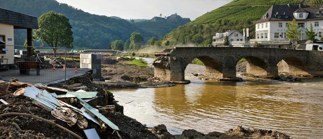Durch die Flutkatastrophe am 14. und 15. Juli zerstörte Nepomuk-Brücke im Ahrtal