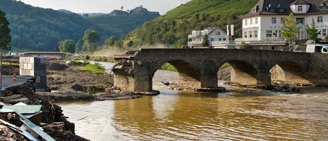 Durch Hochwasser zerstörte historische Nepomuk-Brücke über den Fluss Ahr im Ahrtal, Rheinland-Pfalz
