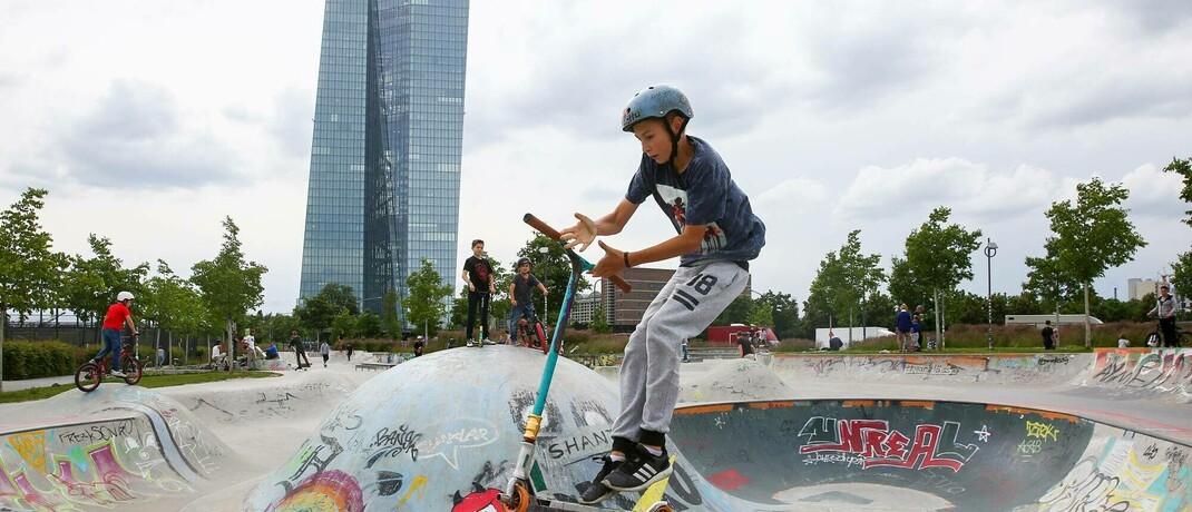 Von jungen Bäumen umstandener Skatepark in der Nähe der EZB in Frankfurt
