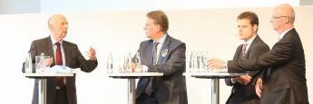 """Ex-Bundessozialminister Walter Riester (l.) diskutierte auf der 7. Hauptstadtmesse des Maklerpools Fonds Finanz mit Martin Gräfer (Vorstand Versicherungsgruppe die Bayerische, 2.v.l.), Dirk Ulbricht (Direktor und Senior Researcher am Institut für Finanzdienstleistungen, 3.v.l.) und Joachim Haid (Gründungsmitglied der Initiative """"pro Riester"""", 4.v.l.)."""
