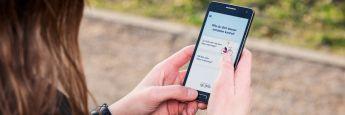Kundin nutzt Versicherungs-App: Die meisten Kunden ziehen persönliche Gespräche einer Beratung über Smartphone-Apps vor