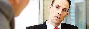 Philipp Magenheimer ist Leiter Portfoliomanagement Fonds bei der WAVE Management AG. Der Asset Manager der VHV Gruppe hat sich auf die Steuerung benchmarkorientierter Aktien- und Rentenfonds spezialisiert. Daneben bildet das Management rendite- und sicherheitsorientierter Total- Return-Fonds einen Schwerpunkt der Aktivitäten. Magenheimer startete 2001 seine Karriere in der Finanzbranche und war in vorherigen beruflichen Stationen für einen Lebensversicherer und einen Discountbroker tätig. Magenheimer hat in Hannover BWL sowie in London Investment & Financial Risk Management studiert.