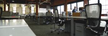 Arbeitsplätze in einem Coworking-Bereich