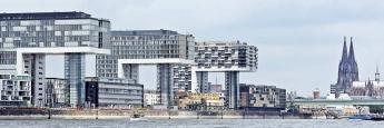 Kranhäuser im Kölner Rheinauhafen: Bürogebäude sind weiterhin gefragte Assets bei Immobilien