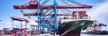 Containerschiff im Hamburger Hafen. Der durchschnittliche Kurs der gehandelten Schiffsfonds lag 2016 bei 23 Prozent und damit vier Prozentpunkte niedriger als im Jahr zuvor.