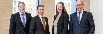 Markus van de Weyer (2.v.l.) und Carsten Vennemann (r.), Geschäftsführer vom Vermögensverwalter Alpha Beta AM, setzen bei ihren Strategien einen Schwerpunkt auf das Risikomanagement. Ab sofort erhalten sie zusätzlich Unterstützung von Vanessa Peters (2.v.r.) und Daniel Ziggel, den beiden Geschäftsführern von Quasol