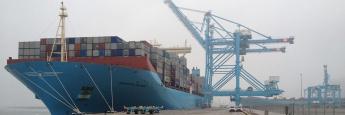 Containerschiff im Hafen: Schiffsbeteiligungen können sich insbesondere im Zweitmarkt auszahlen