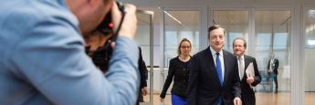 Mario Draghi (Mitte) auf dem Weg zur Pressekonferenz der Europäischen Zentralbank (EZB).