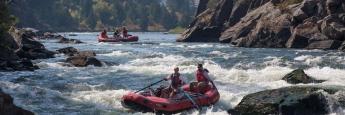 Zwei Männer geben beim Rafting im US-Bundesstaat Montana Vollgas: Finanzberater sollten sich schnellstmöglich auf die EU-Finanzmarktrichtlinie Mifid II einstellen.