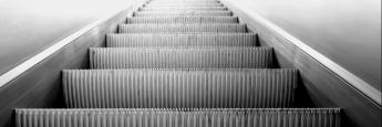 Stufen einer Rolltreppe. Wer automatisiert regelmäßig Fondsanteile kauft, erwirtschaftet meist eine besonders gute Performance, hat Morningstar herausgefunden