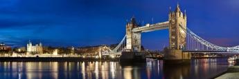 Nächtliches London-Panorama mit Tower Bridge im Vordergrund