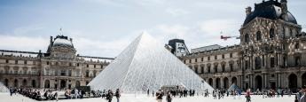 Das Kunstmuseum Louvre in Paris befindet sich in der ehemaligen Residenz der französischen Könige, dem Palais du Louvre.