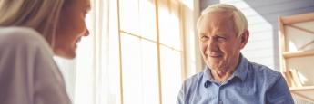 Rentner mit Enkelin: Eine passive Umsetzung der Altersvorsorge ermöglicht Anlegern aufgrund der niedrigen Gebühren eine weitgehend vollständige Partizipation an den Aktien- und Rentenmärkten