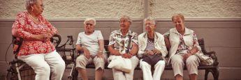Rentnerinnen ruhen sich auf einer Bank aus: Oft ist ein angemessenes Pensionsniveau nur über private Vorsorge zu erreichen – beispielsweise über ETFs