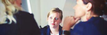 Beraterin mit Kunden: Bei den Versicherungen ging die Anzahl der Außendienst-Mitarbeiter massiv zurück