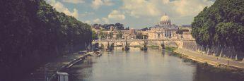 Blick über den Tiber in Rom auf den Petersdom
