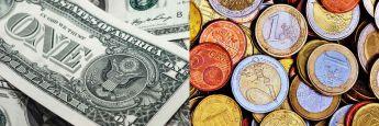 Dollar-Scheine und Euro-Münzen
