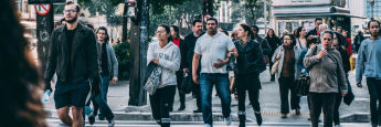 """Alltagsszene vor einer Fußgängerampel: Viele Start-ups werden bereits von der """"Crowd"""" mitfinanziert."""