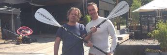 Dan Sauer, Deutschlandchef von Nordea (r.) und Chefredakteur von DAS INVESTMENT Malte Dreher haben auf einer Tour durch die Hamburger Kanäle Spaß