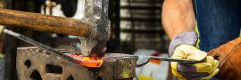 Ein Metallbauer bei der Arbeit: Handwerker werden oft berufsunfähig, sollten aber bei Abschluss einer BU-Versicherung ihre Krankengeschichte erzählen.