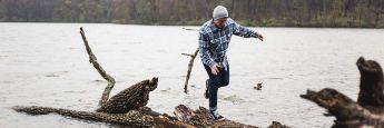 Angler auf einem Baumstamm: Bei der Altersvorsorge sollen Fondspolicen für die richtige Balance sorgen.