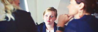 Frauen im Beratungsgespräch: Weibliche Anleger legen ihr Geld weit defernsiver an als Männer.