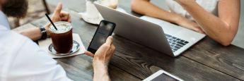 Smartphone-Nutzer: Digitale Banken funktionieren ohne Filialen.