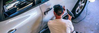 Mitarbeiter einer Autowerkstatt: Drei von vier Deutschen zwischen 30 und 59 Jahren wünschen sich, fürs Alter auch über ihren Arbeitgeber abgesichert zu sein.