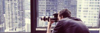 Fotograf am Fenster. In seinem Blog MarketEye beobachtet BNY Mellon IM Markttrends und aktuelle Entwicklungen.
