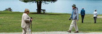 Ruheständler gehen am See spazieren: Die Rentenbeiträge werden im kommenden Jahr gesenkt.