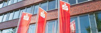 Fahnen vor der Zentrale der Hamburger Sparkasse: Die Europaparlament will Sparkassen und Volksbanken einem Handelsblatt-Bericht zufolge entlasten.