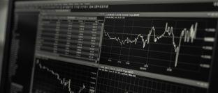 Aktienkurs: Bei Aktien-Investments haben Anleger die Wahl zwischen aktiv gemanagten Fonds und passiven Indexprodukten.
