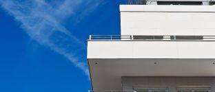 Fassade eines Wohnhauses: Das Bundesverfassungsgericht soll nun klären, ob die Mietpreisbremse mit dem Grundgesetz vereinbar ist.