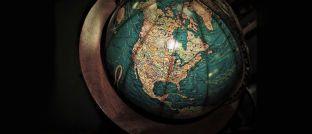 Globus mit Blick auf Nordamerika: Anleihen aus den USA machen derzeit den Großteil des Bloomberg Barclays Global Aggregate Bond Index aus. Kanada liegt im Länder-Ranking hinter Japan, Frankreich, Großbritannien, Deutschland und Italien auf Platz sieben.