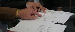 Ein Beratungsgespräch: Versicherungskunden schätzen nach wie vor den persönlichen Kontakt.